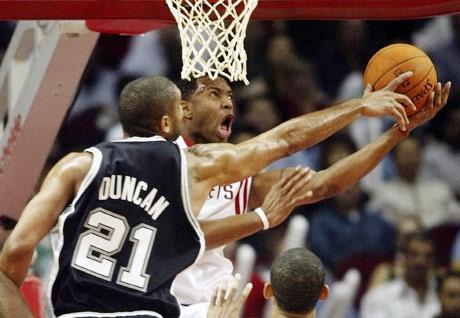 NBA图:火箭VS马刺 麦迪突破邓肯