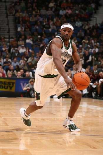 NBA图:森林狼战胜开拓者 火箭旧将詹姆斯带球