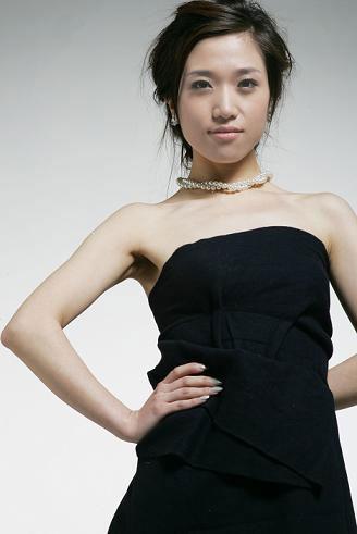 京太格印象签约歌手胡杨林凭借一首网络歌曲《香水有毒》走红全国