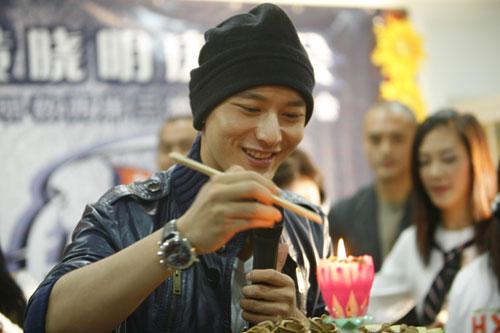 黄晓明台湾影迷美食犒劳剧组  换来齐声感谢
