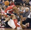 NBA图:猛龙负勇士 福特与佩特鲁斯追逐