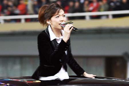 图文:超女助阵亚洲杯预赛 张亚飞现场演唱