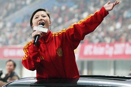图文:超女助阵国足亚洲杯预赛 唐笑现场演唱