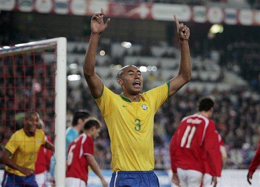 图文:友谊赛瑞士vs巴西 路易松庆祝进球