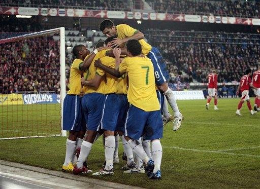 图文:友谊赛瑞士VS巴西 队友庆祝路易松进球