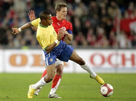 图文:友谊赛瑞士VS巴西 罗比尼奥积极拼抢