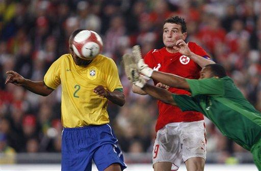 图文:友谊赛巴西VS瑞士 麦孔与门将配合失误
