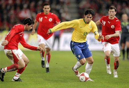 图文:友谊赛巴西VS瑞士 卡卡突破对手防线