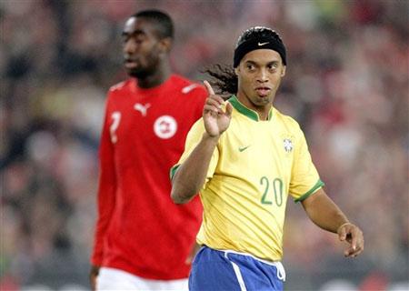 图文:友谊赛巴西VS瑞士 小罗向裁判表示抗议