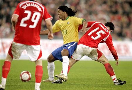 图文:友谊赛巴西VS瑞士 小罗遭遇对手严防