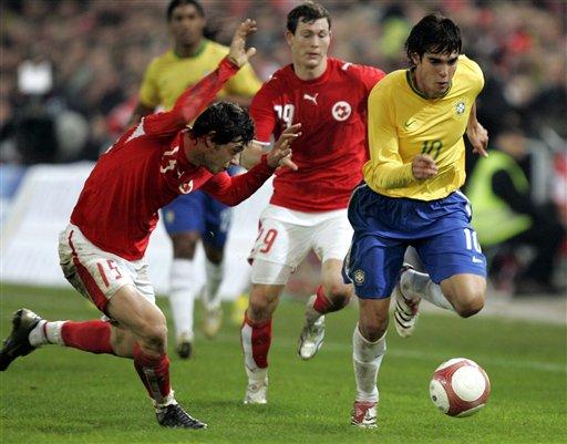 图文:友谊赛巴西2-1瑞士 卡卡带球高速前进