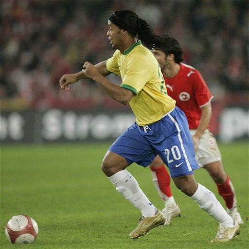 图文:友谊赛巴西2-1瑞士 小罗在比赛中审时度势