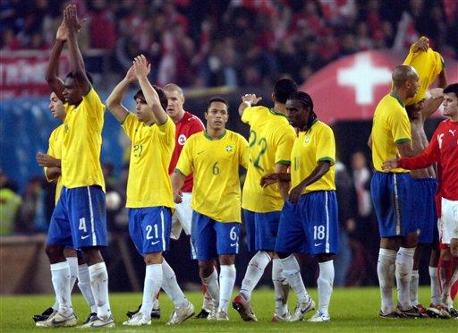 图文:友谊赛巴西2-1瑞士 巴西队员感谢观众