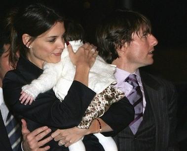 汤姆克鲁斯准备世纪婚礼 凯蒂抱女儿露面(图)