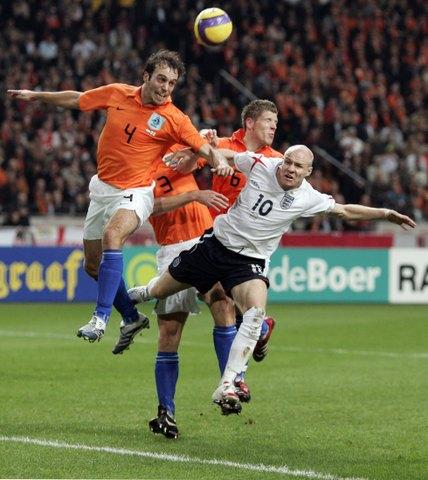 图文:友谊赛荷兰VS英格兰 沙尔斯力压约翰逊