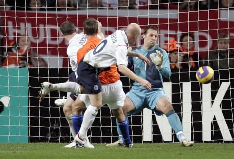 图文:友谊赛荷兰VS英格兰 双方球员门前混战