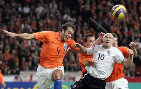 图文:友谊赛荷兰VS英格兰 马泰森奋力争抢头球