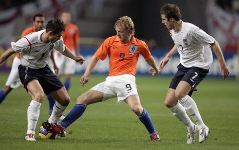 图文:友谊赛荷兰VS英格兰 罗本陷入重重包围