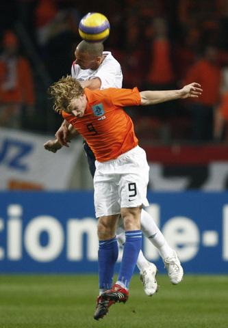 图文:友谊赛荷兰1-1英格兰 费迪南德力压库伊特