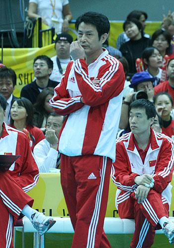 图文:中国女排对日本女排 陈忠和冷静观战