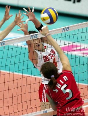 图文:女排世锦赛中国获得第五名 中国队拦网