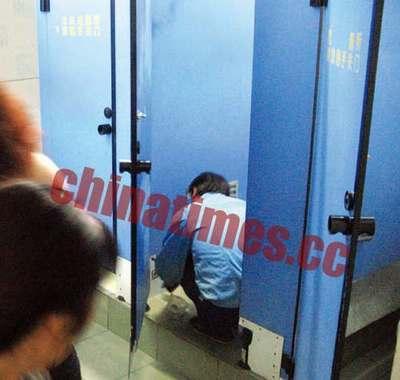 偷拍日本男女混洛_北医三院厕所男女混用 隔板被偷窥者钻出大洞
