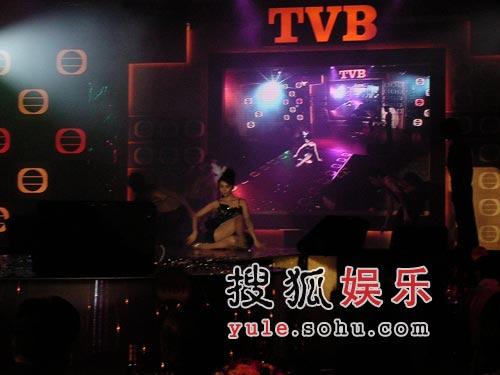 TVB联欢开派对 汤盈盈扮蔡依林粗腿艳压全场