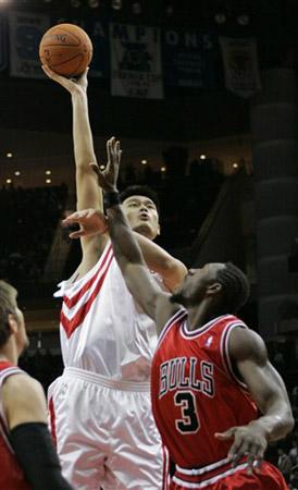 NBA图:常规赛火箭VS公牛 姚明禁区内勾手投篮
