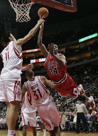 NBA图:常规赛火箭VS公牛 姚明封盖对手上篮