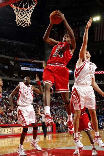 NBA图:常规赛火箭VS公牛 托马斯摘下篮板
