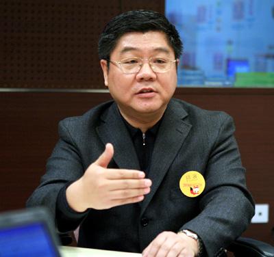 郝演苏:政府应该加大保险业开放力度