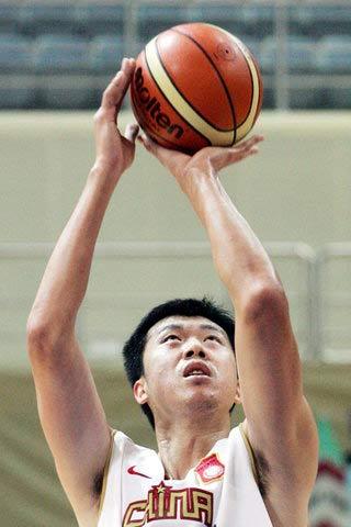 图文:中国男篮热身赛战雷鸟 大郅罚球瞬间