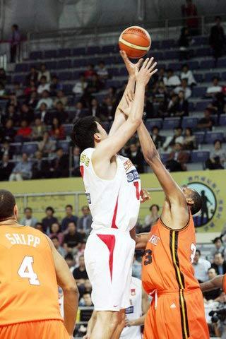 图文:中国男篮热身赛战雷鸟 大郅打对手2+1