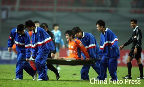 图文:足协杯决赛长沙上演 李金羽被抬下场治疗