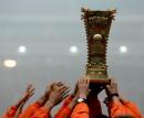 图文:足协杯鲁能2-0实德夺冠 球员高举奖杯