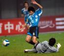 图文:足协杯鲁能2-0实德夺冠 朱挺进攻时受阻