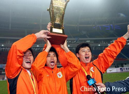 图文:山东2-0实德成就双冠 郑智高举奖杯