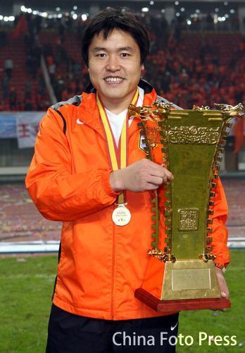 图文:山东2-0大连再获双冠王 李蕾蕾怀抱奖杯