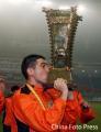 图文:山东2-0大连再获双冠王 日科夫亲吻奖杯