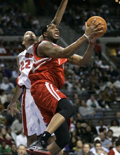 NBA图:活塞VS火箭 麦迪突破飞身上篮
