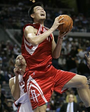 NBA图:活塞VS火箭 姚明上篮小王子鞭长莫及