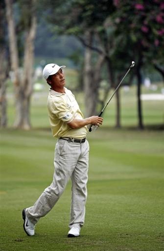 图文:香港高尔夫球公开赛 张连伟英姿不减当年