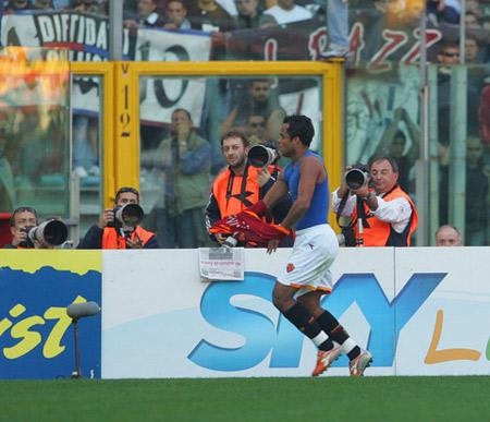 图文:罗马7-0卡坦尼亚 小曼奇尼脱衫狂奔