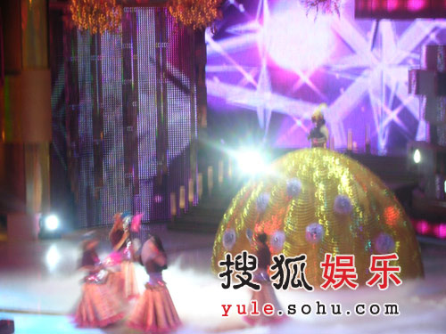 TVB台庆上演男色魅影 曾志伟扮沈殿霞大抛媚眼