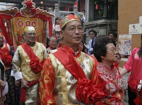 六对老人家在黄大仙祠举行道教集体婚礼(图)