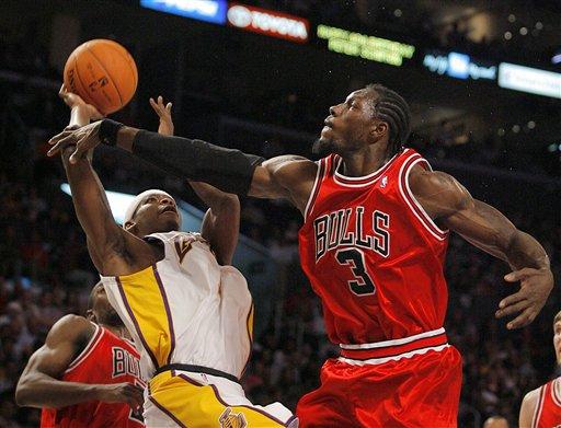 NBA图:湖人VS公牛 大本对帕克犯规