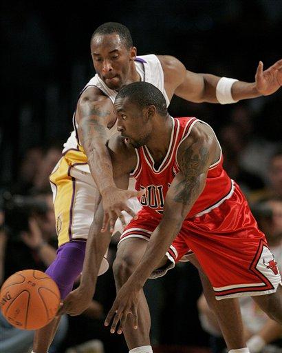 NBA图:湖人VS公牛 科比紧盯古登不放