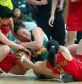 图文:中国女篮91-69丹登侬队 卞兰比赛中拼抢