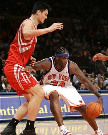 NBA图:尼克斯VS火箭 姚明防守小鲨鱼库里