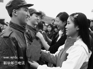 11月20日,光荣入伍的长江师范学院学生戴上大红花.当日,重庆市长